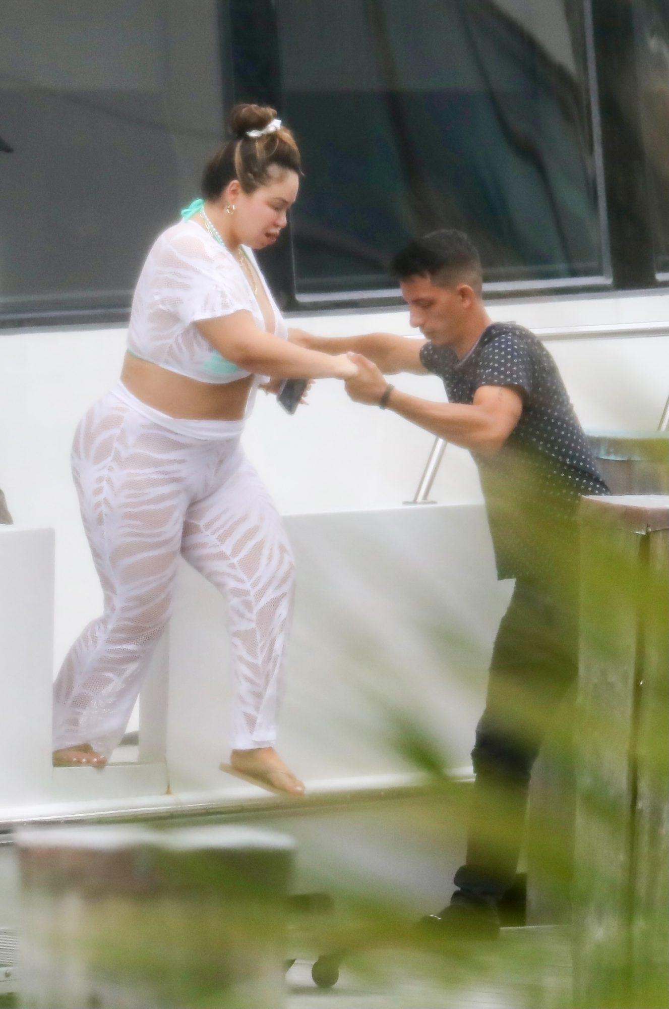 Chiquis Rivera presume curvas en conjunto de encaje blanco y sin ropa interior