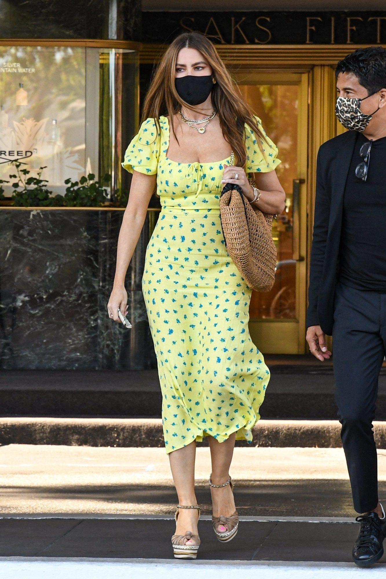 Sofia Vergara, vestido amarillo estampado