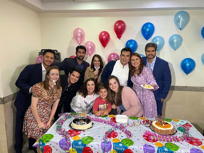 """Jorge Salinas celebra su cumpleaños 53 junto a algunos de sus compañeros de la telenovela """"SOS Me estoy enamorando"""""""