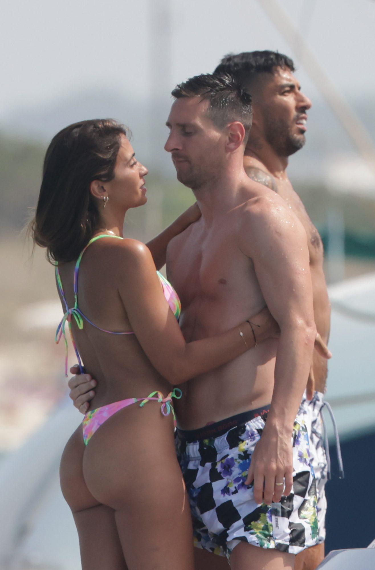 Leo Messi y Luis Suarez disfrutan unas vacaciones familiares a bordo de un yate en Ibiza