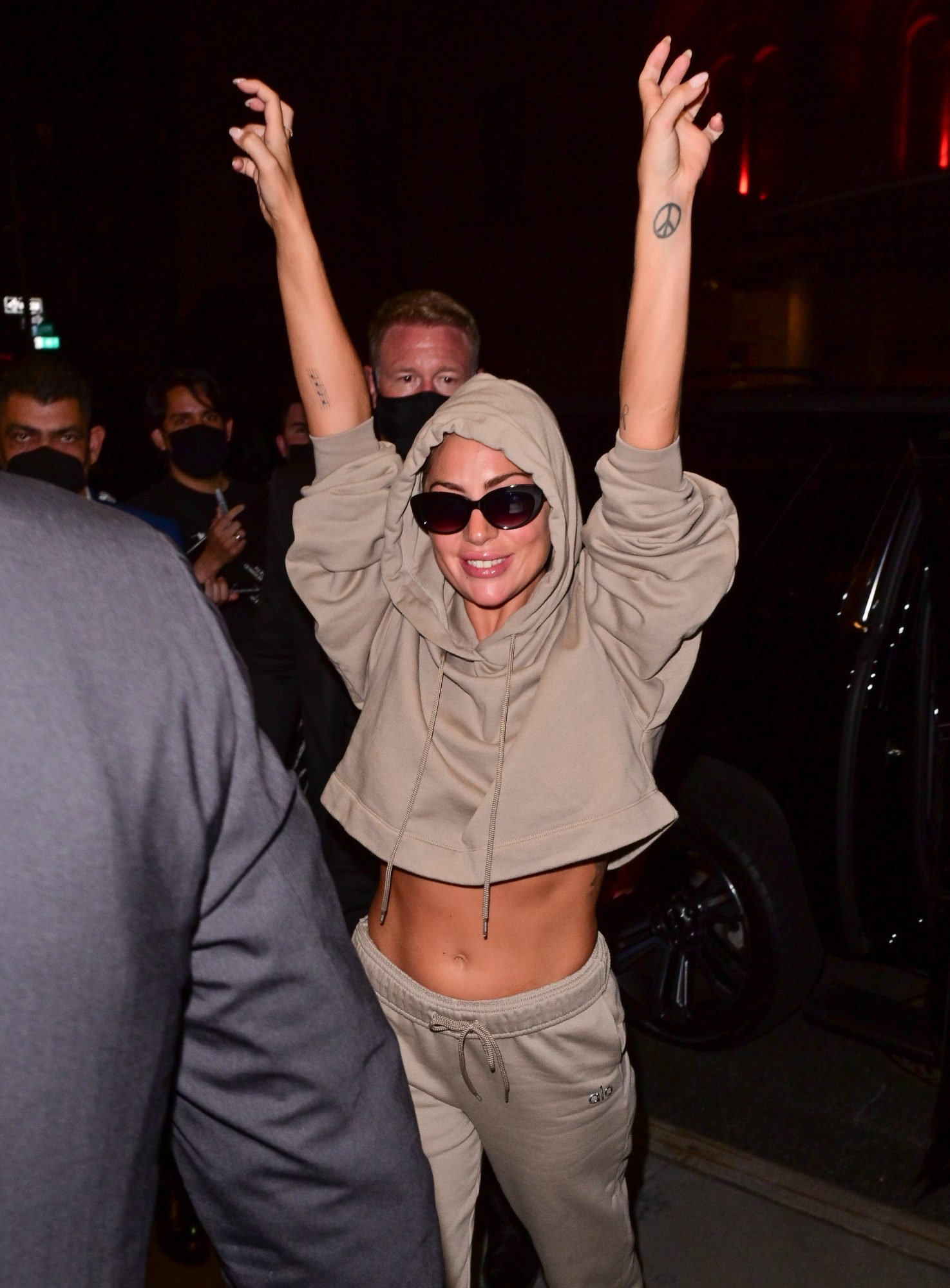 Lady Gaga se apareció así de efusiva por las calles de Manhattan, ¿será que está feliz porque ya acabó de grabar su película sobre la familia Gucci?