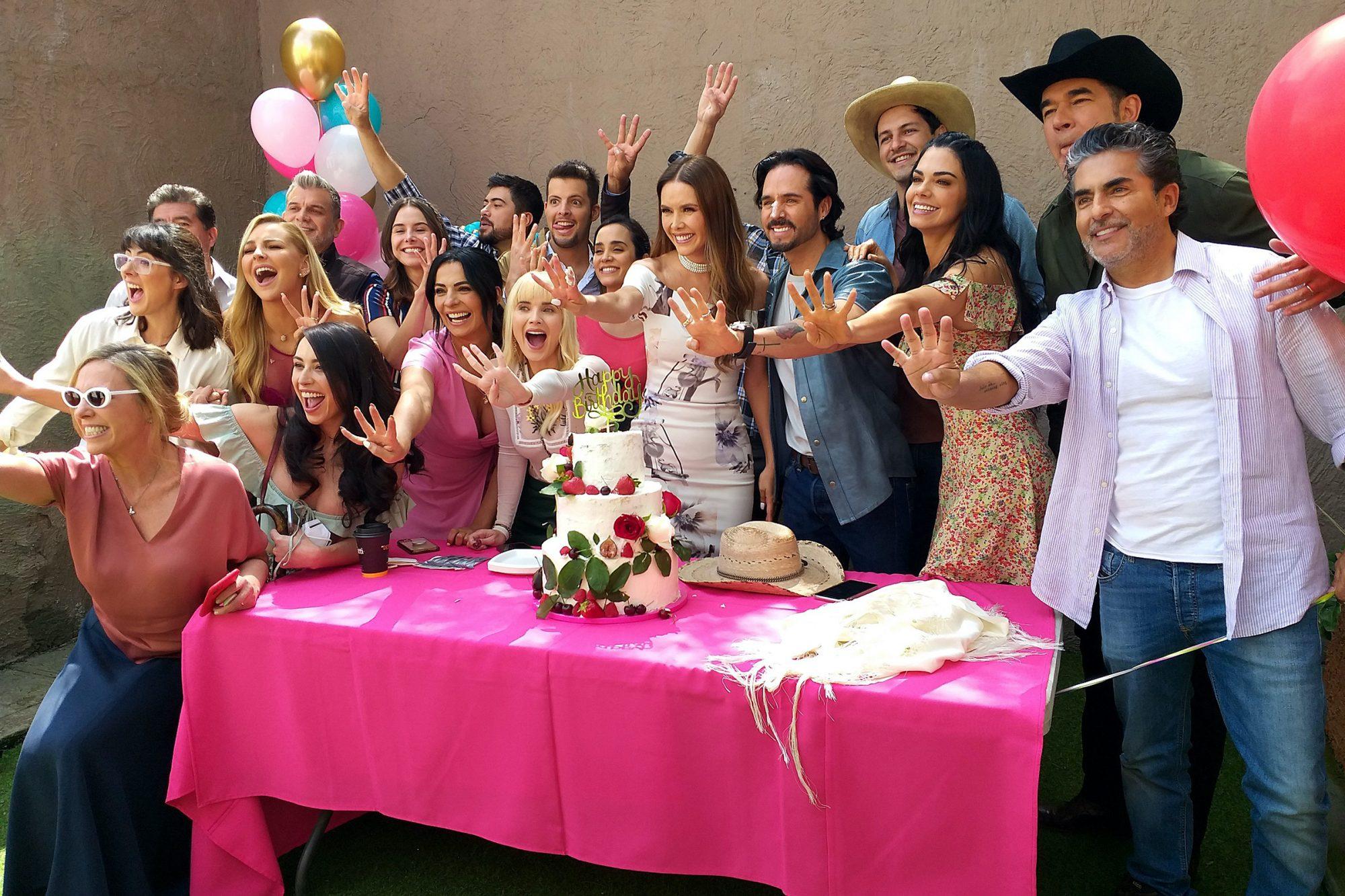 """Marlene Favela celebra su cumpleaños 44 junto a algunos de sus compañeros de la telenovela """"La Desalmada"""