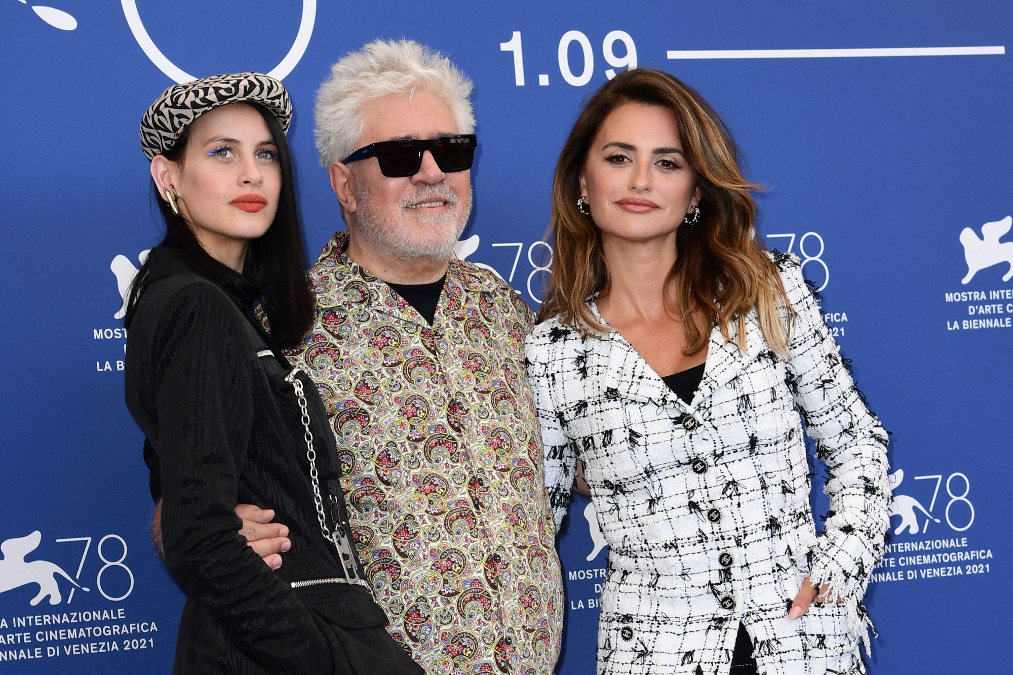 Milena Smit Pedro Almodóvar Penélope Cruz Festival de Cine de Venecia 2021