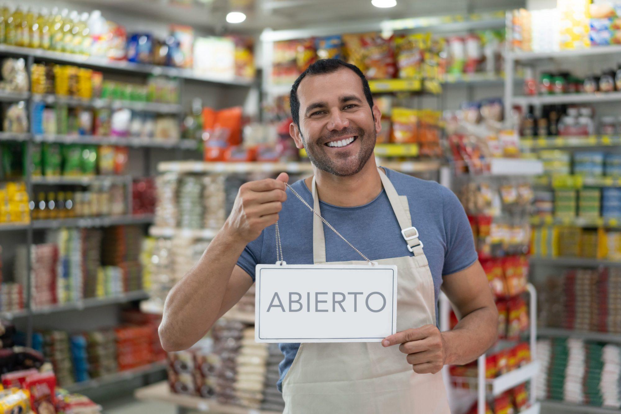 Comprar local no solo es una de las mejores formas de apoyar a los pequeños emprendedores latinos, también es una manera de enseñarle a tus chicos a construir sentido de comunidad y a crear un hábito de apoyo mutuo entre los hispanos que hacen parte de su cotidianidad.
