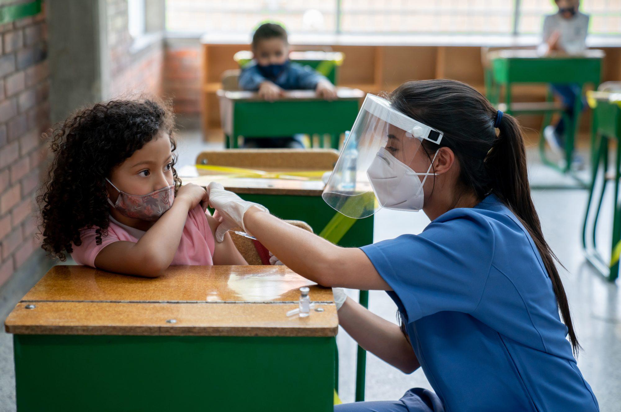 Niña recibe vacuna