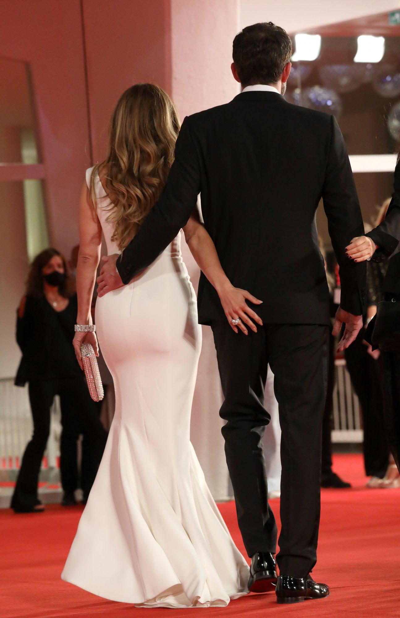 """La mano de JLO parece gritar """"ese hombre es mío"""". Las caricias entre ambos no faltaron en esta alfombra roja."""
