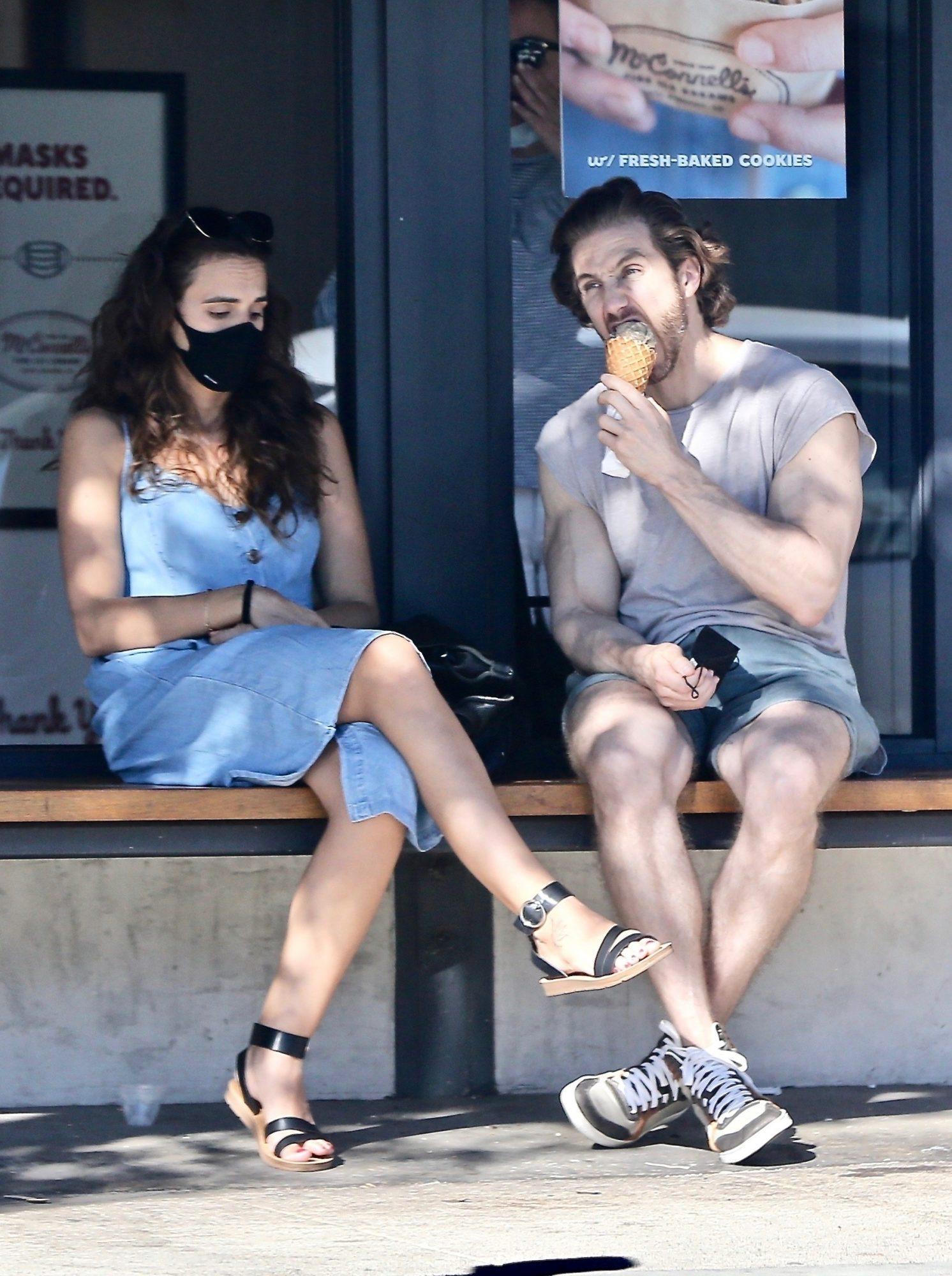 Eugenio Siller disfruta de un helado y una charla junto a una morocha