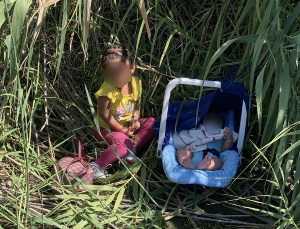 Encuentran a niña de dos años y bebé de tres meses abandonados cerca de río  en la frontera   People en Español