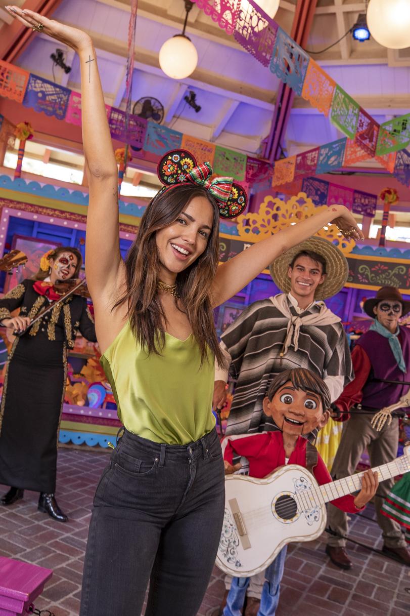 Eiza González disfruta del Día de los Muertos celebrations at Disneyland Resort