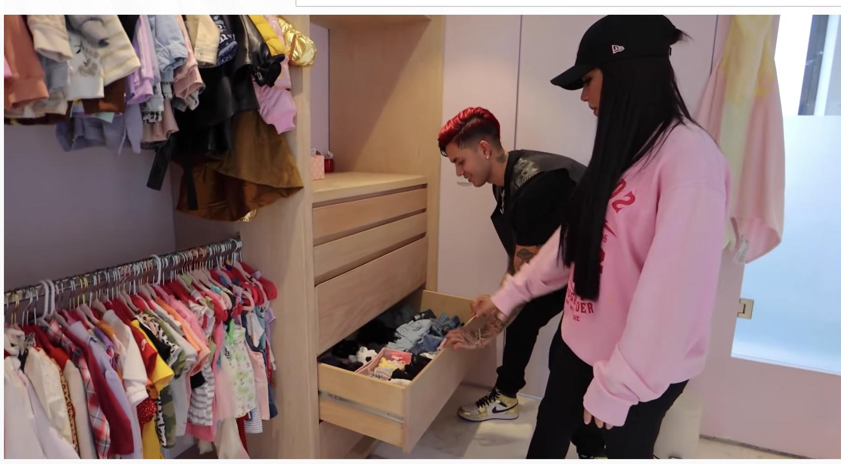 En el cuarto de sus hijitos Kima y Juanito las cosas no son distintas, ¡miren en armario súper ordenando de la pequeñita con cajotes para cada tipo de ropa muy bien organizado!