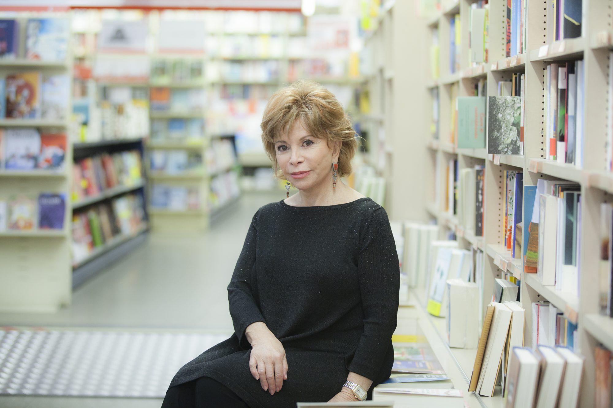 Cuando se habla de mujeres hispanas que brillan por su talento, uno de los nombres que siempre está presente es el de la chilena Isabel Allende, quien es la escritora latina más leída en el mundo. Una mezcla de fantasía y realidad hacen de sus libros un placer al que pocos lectores se pueden resistir. La casa de los espíritus continúa siendo su libro más reconocido internacionalmente.