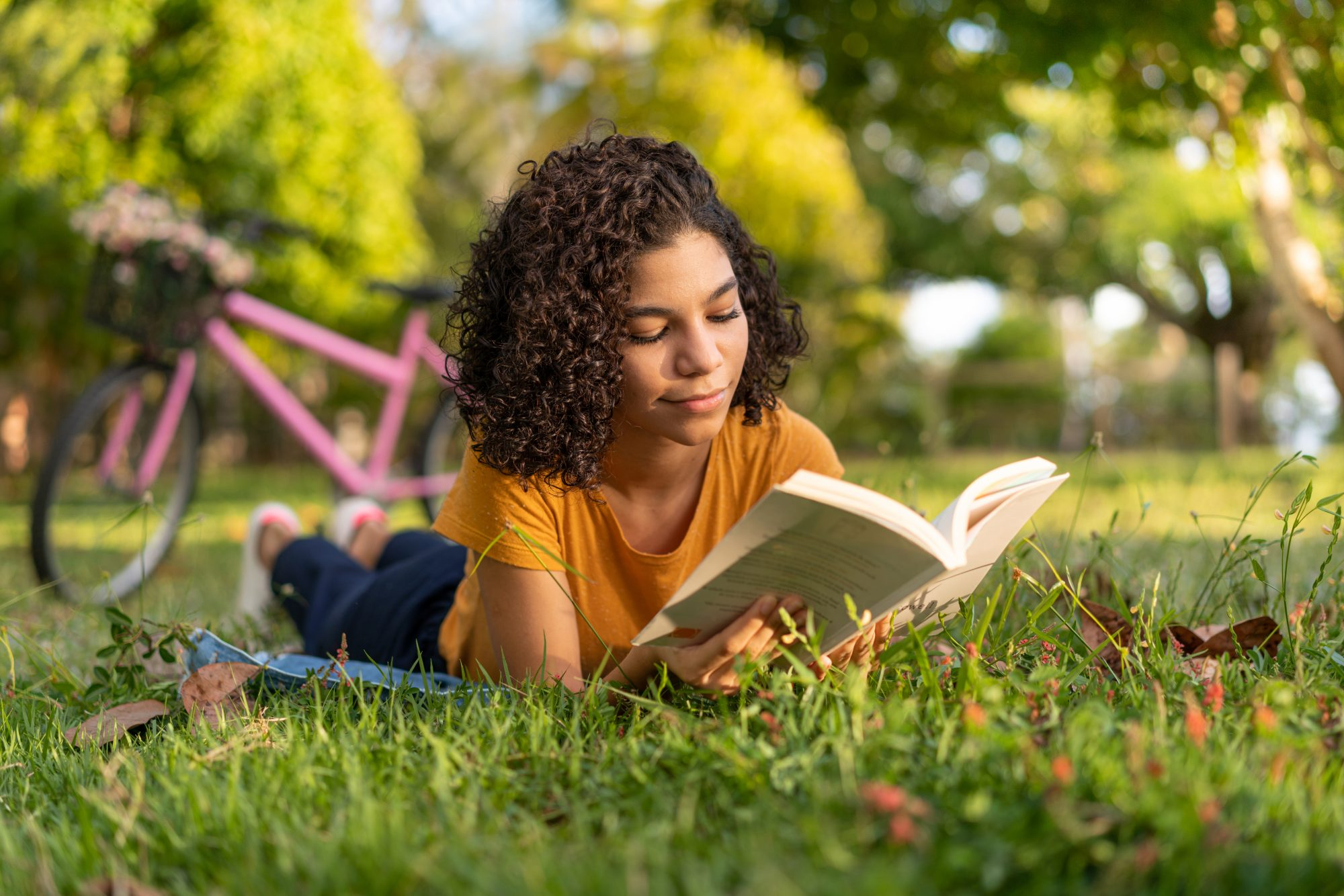 Adolescente leyendo