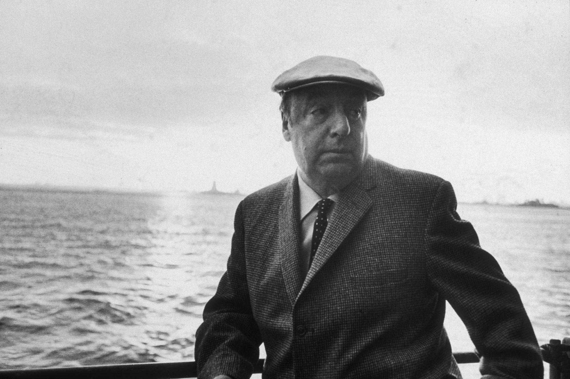 Para el gran Gabriel García Márquez, Pablo Neruda fue el mejor poeta que tuvo el siglo XX y es seguro que millones de amantes de la poesía opinan lo mismo. No es para menos, pues composiciones como Me gustas cuando callas hacen parte de las poesías más reconocidas de la historia. Su compilación 20 poemas de amor y una canción desesperada es otra de esas grandes obras que todos los latinos debemos tener en nuestra biblioteca.