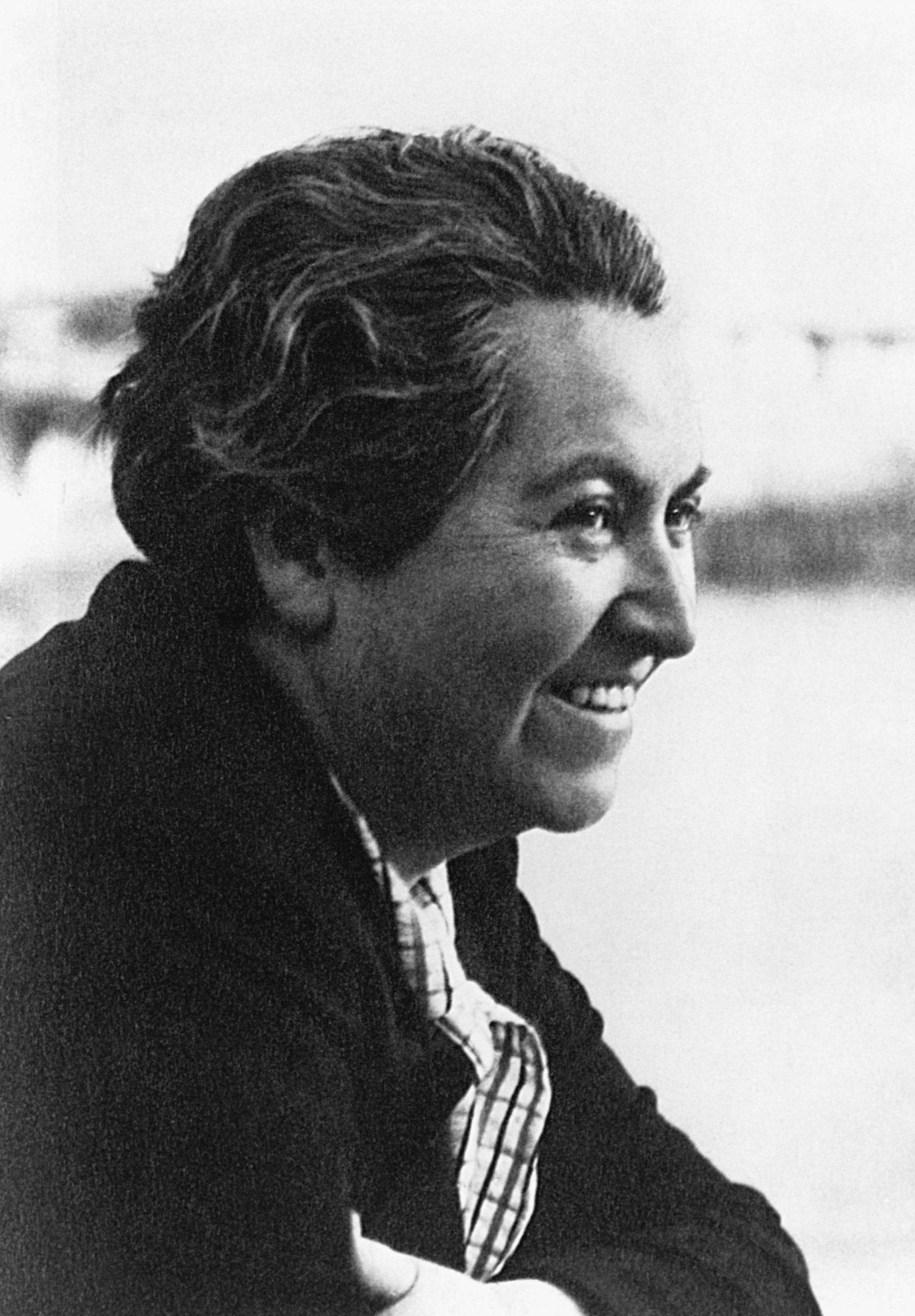 Ser la primera escritora hispana en obtener un Premio Nobel de Literatura (1945) hacen de la escritora chilena un ícono del mundo de las letras. Al igual que su compatriota Pablo Neruda, los poemas de Gabriela Mistral conquistaron a millones de lectores, dejando entre sus obras más reconocidas títulos como Desolación,Ternura, Tala y Lagar.
