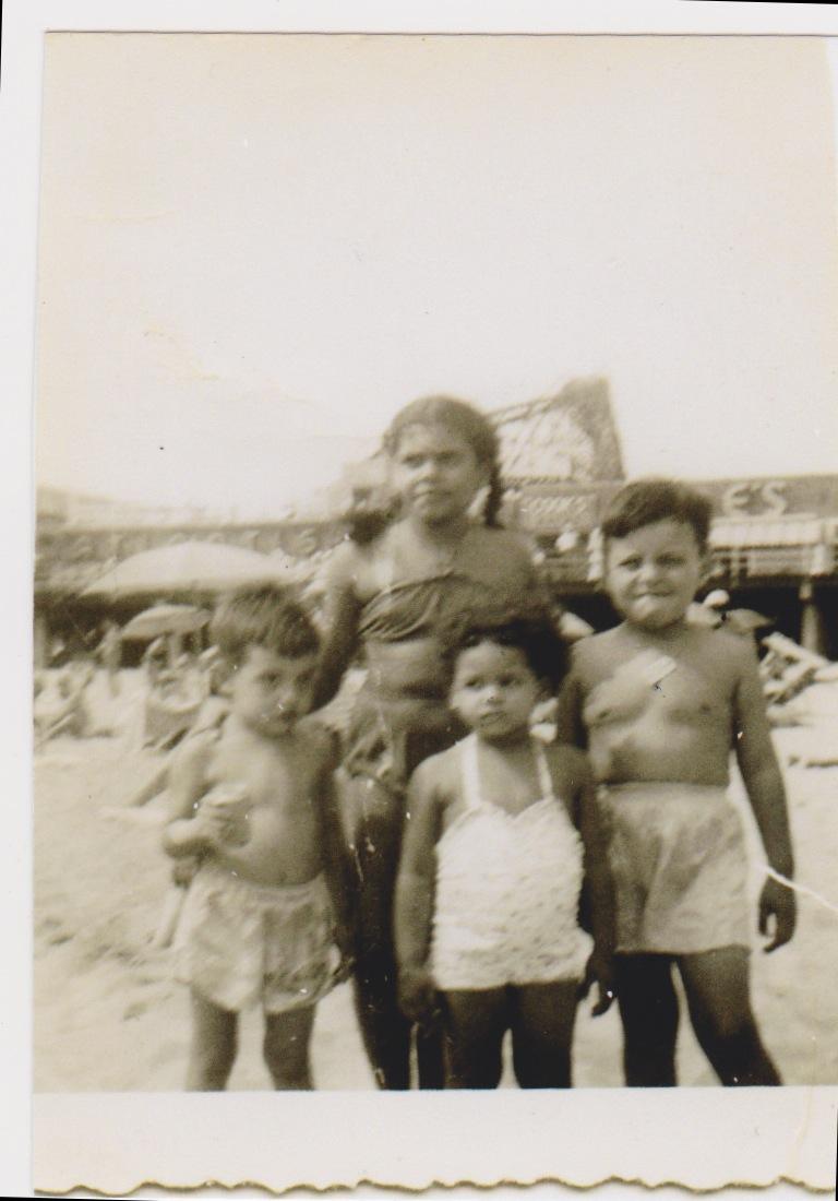 Sonia Manzano y sus primos en Coney island