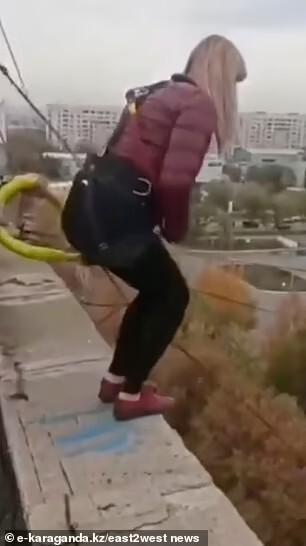 Momento en que salta la mujer