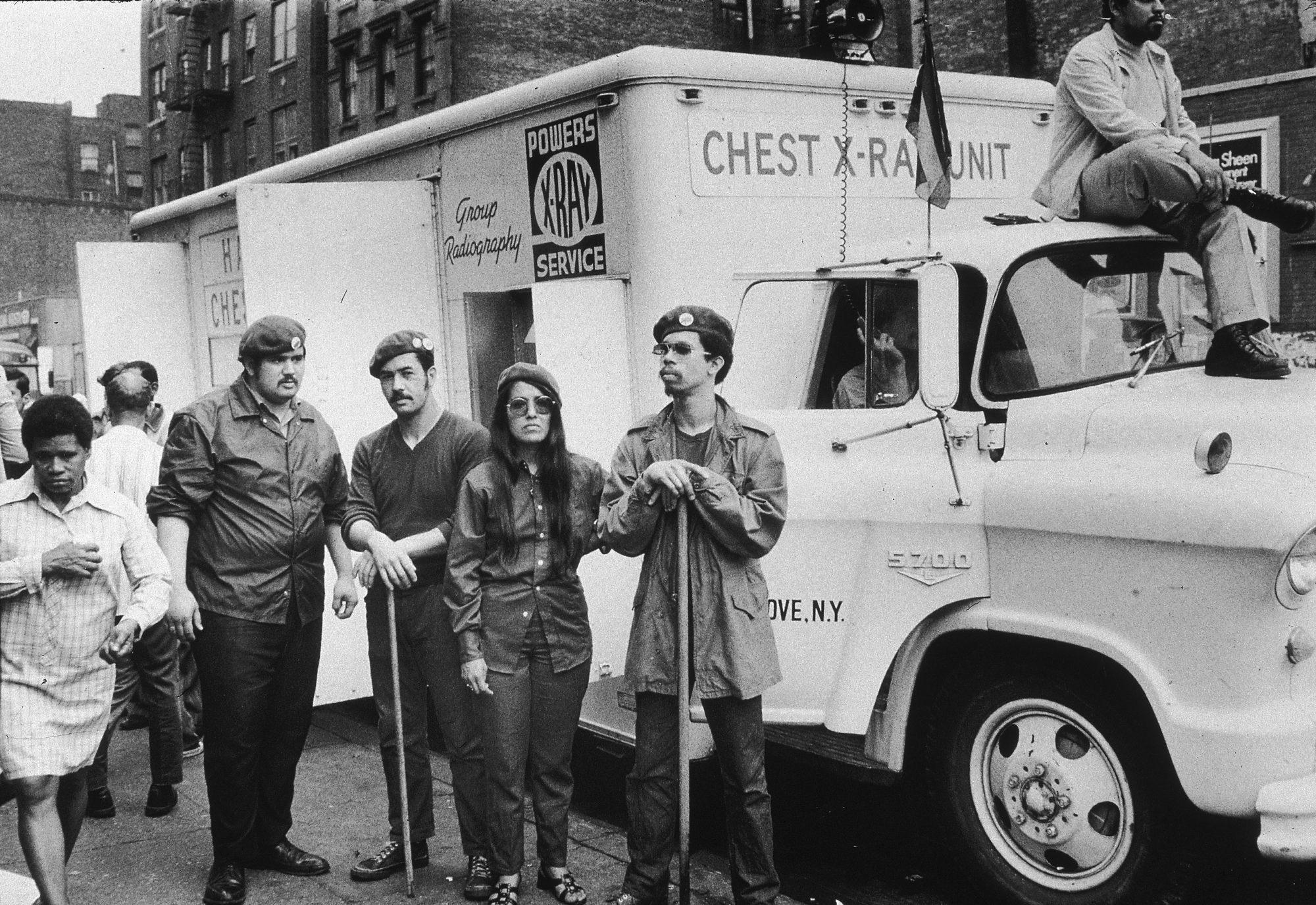 17 de junio de 1970: Miembros del grupo activista puertorriqueño Young Lords se reúnen cerca de la unidad de rayos X de tórax que incautaron en East Harlem, Nueva York.
