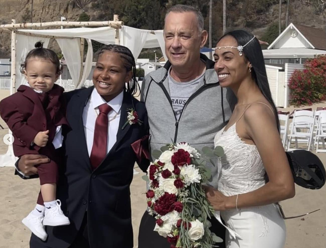 Tom Hanks junto a los novios y su hijo