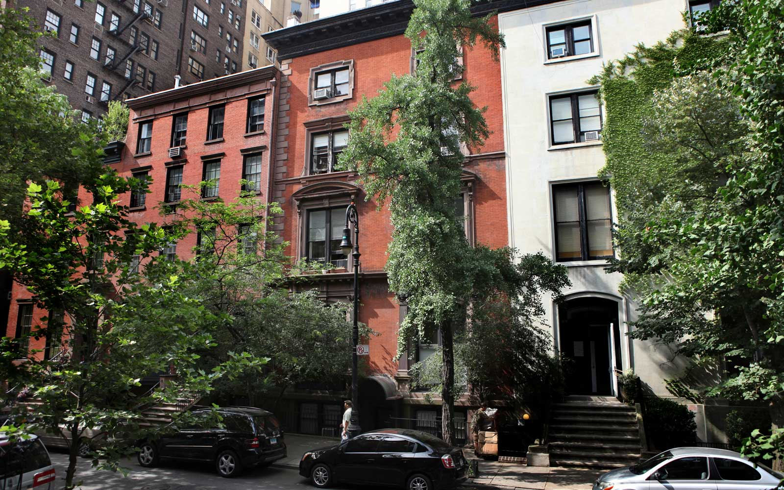 The red building in the center is 14 West 10th Street in Greenwich Village, where Mark Twain lived in 1900 to 1901, in New York.