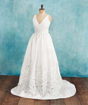 Wedding dress for pear-shaped bodies