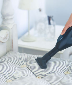 Small vacum cleaner cleaning mattress