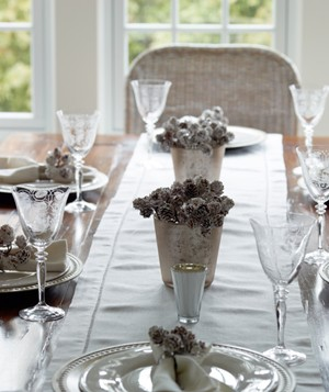 Christmas decoration ideas - White table settings with pinecone center pieces
