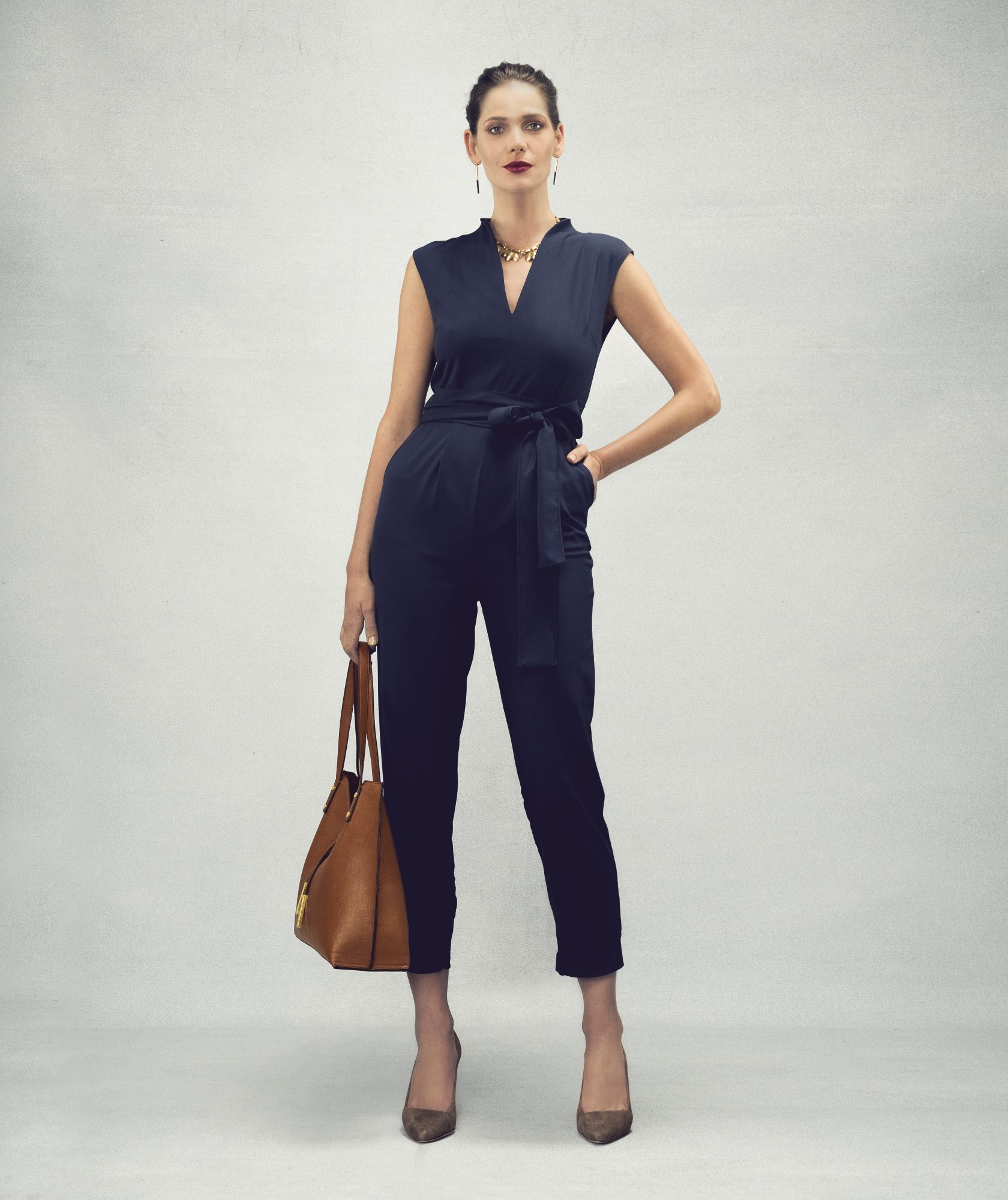 Outfit with jumpsuit and tote