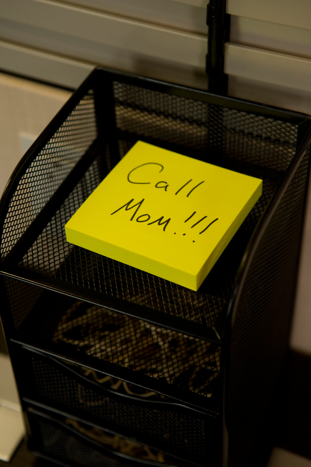 Post-it note reminding person to 'call mom'
