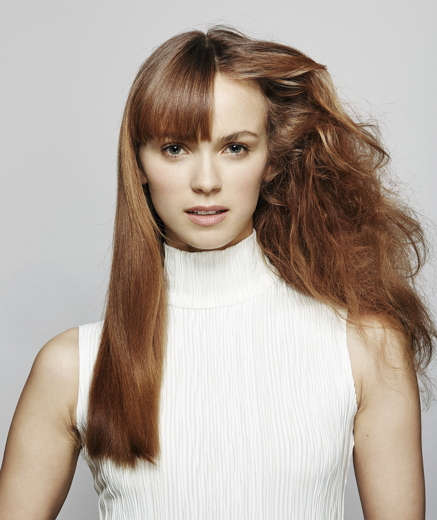 Model with straight hair and frizzy hair