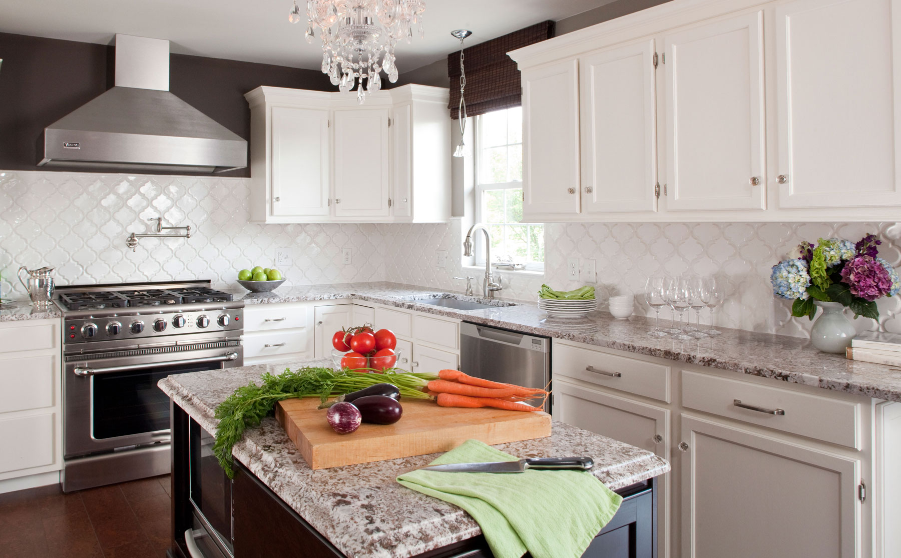 Kitchen with two-toned cabinets
