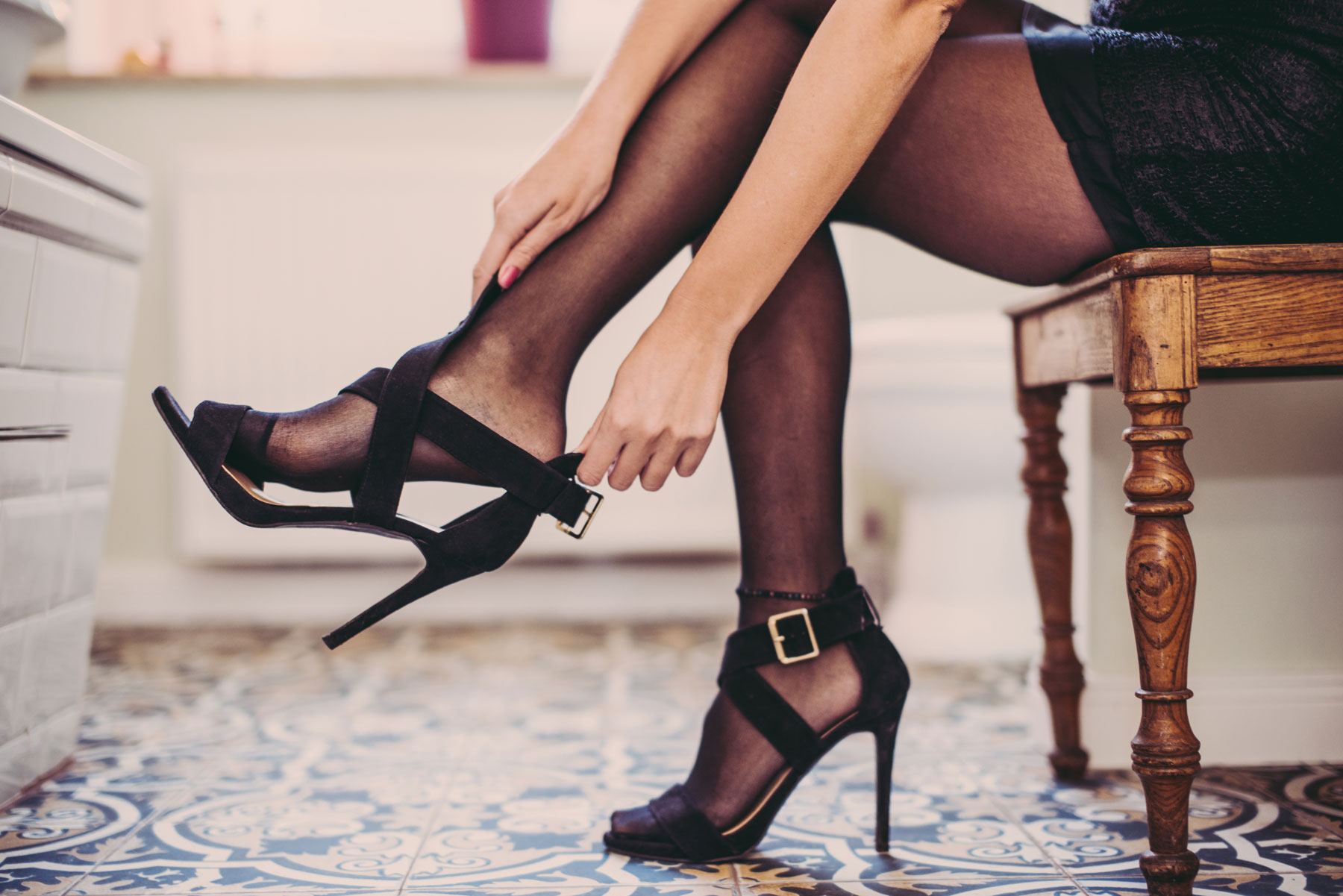 How to make shoes more comfortable: tips and tricks (woman putting on high heels)