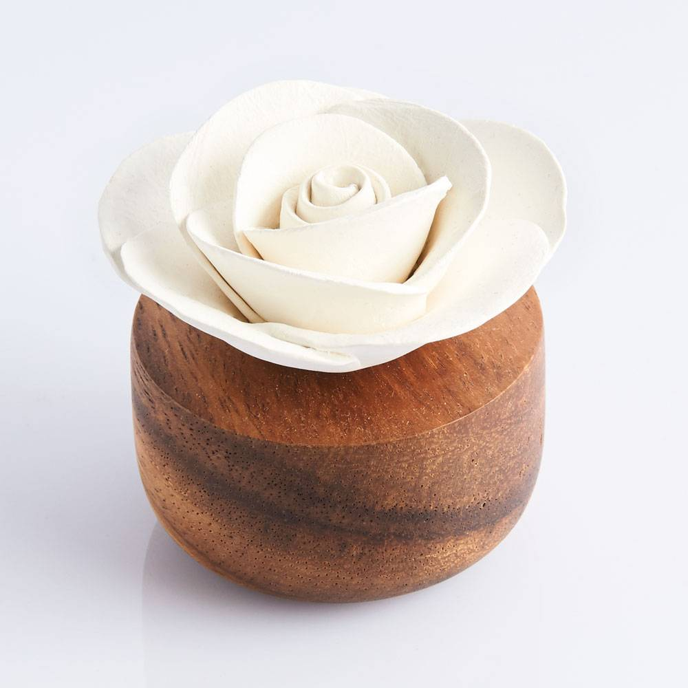 Flower-shaped essential oil diffuser