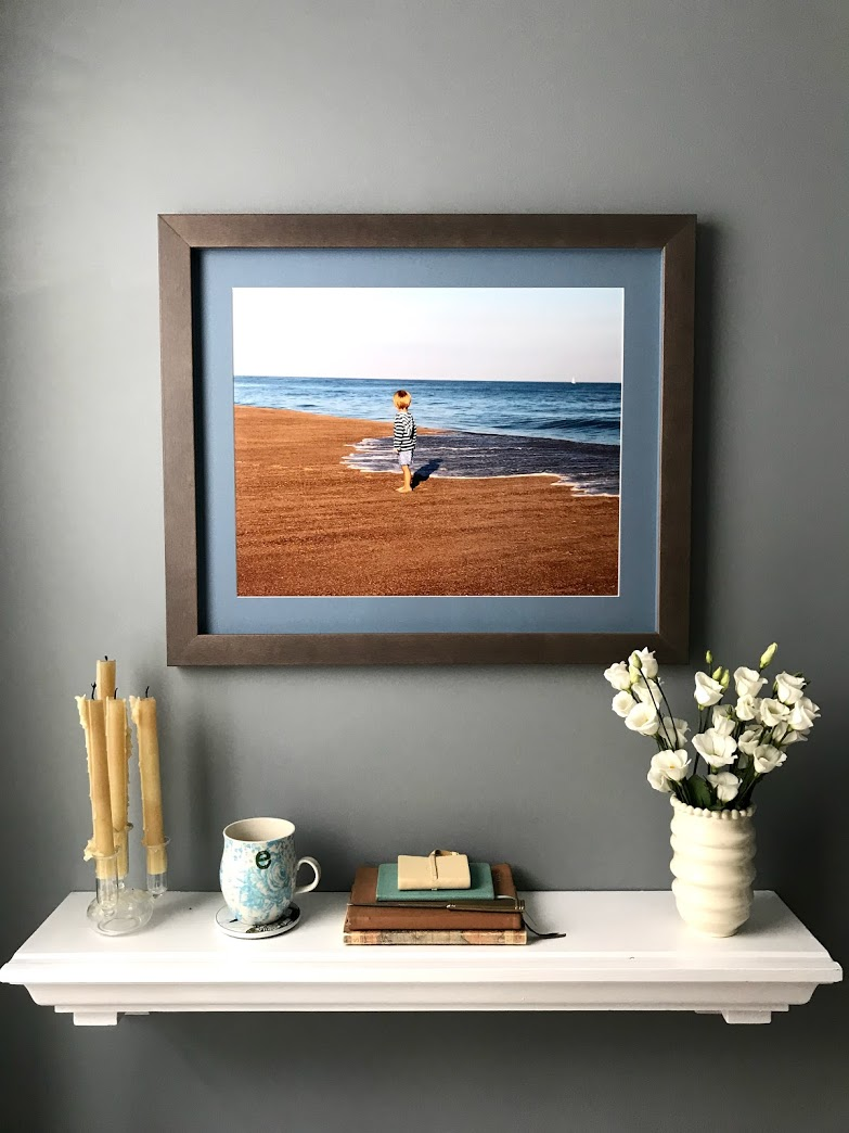 Reading nook with photo print and shelf
