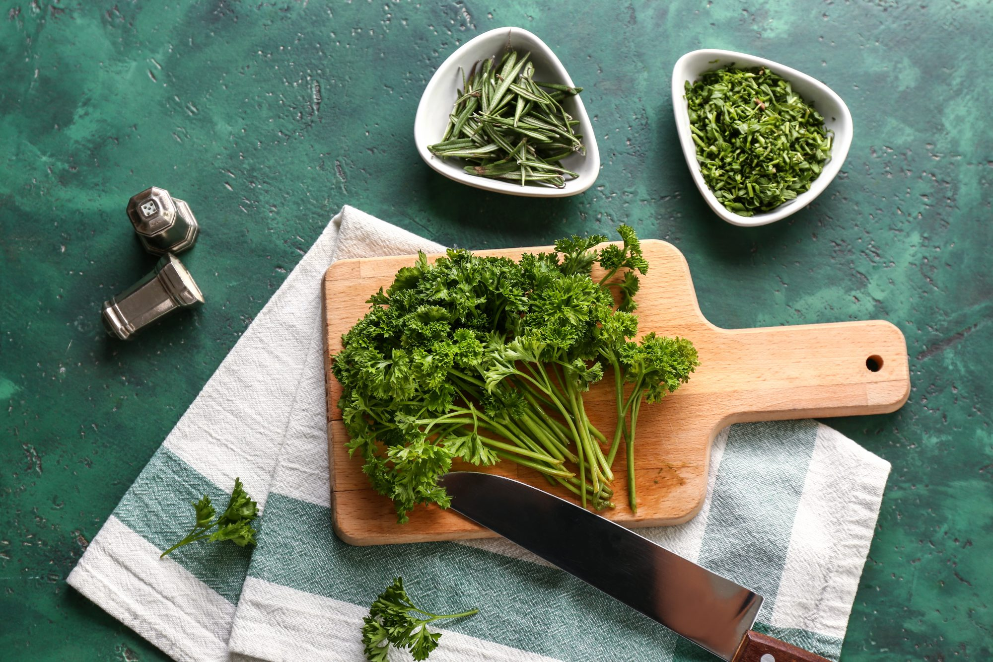 How to chop parsley: video and guide for cleaning, shopping, and storing parsley