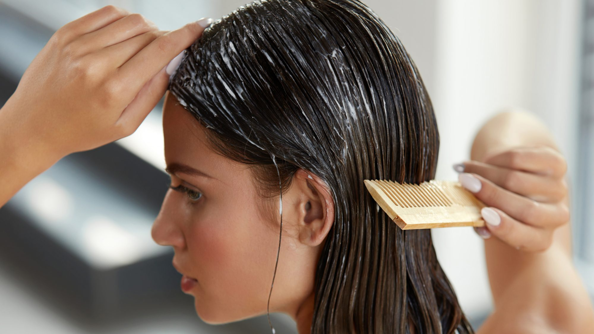 woman combing wet hair: Reddit hair hacks
