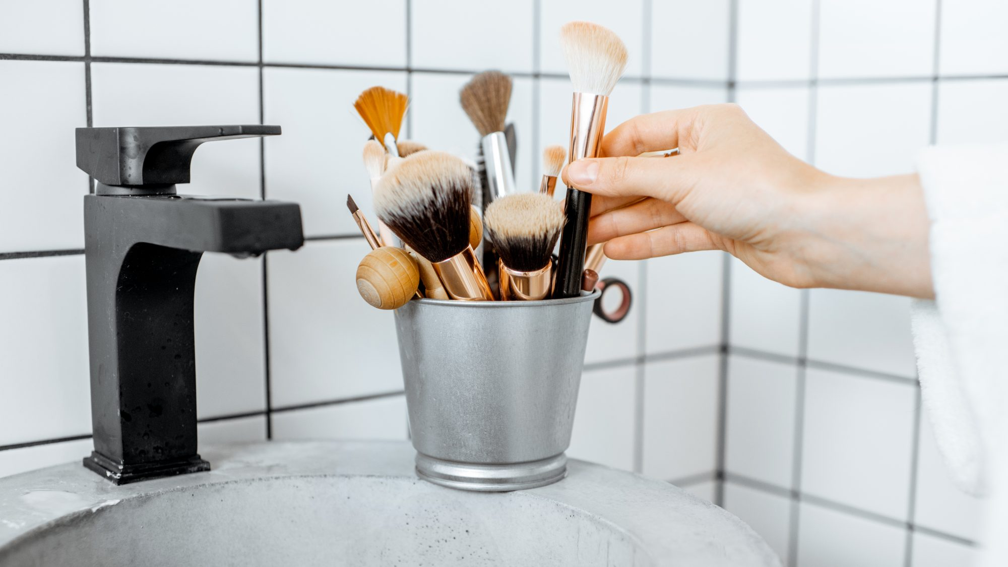 beauty-mistakes: dirty makeup brushes