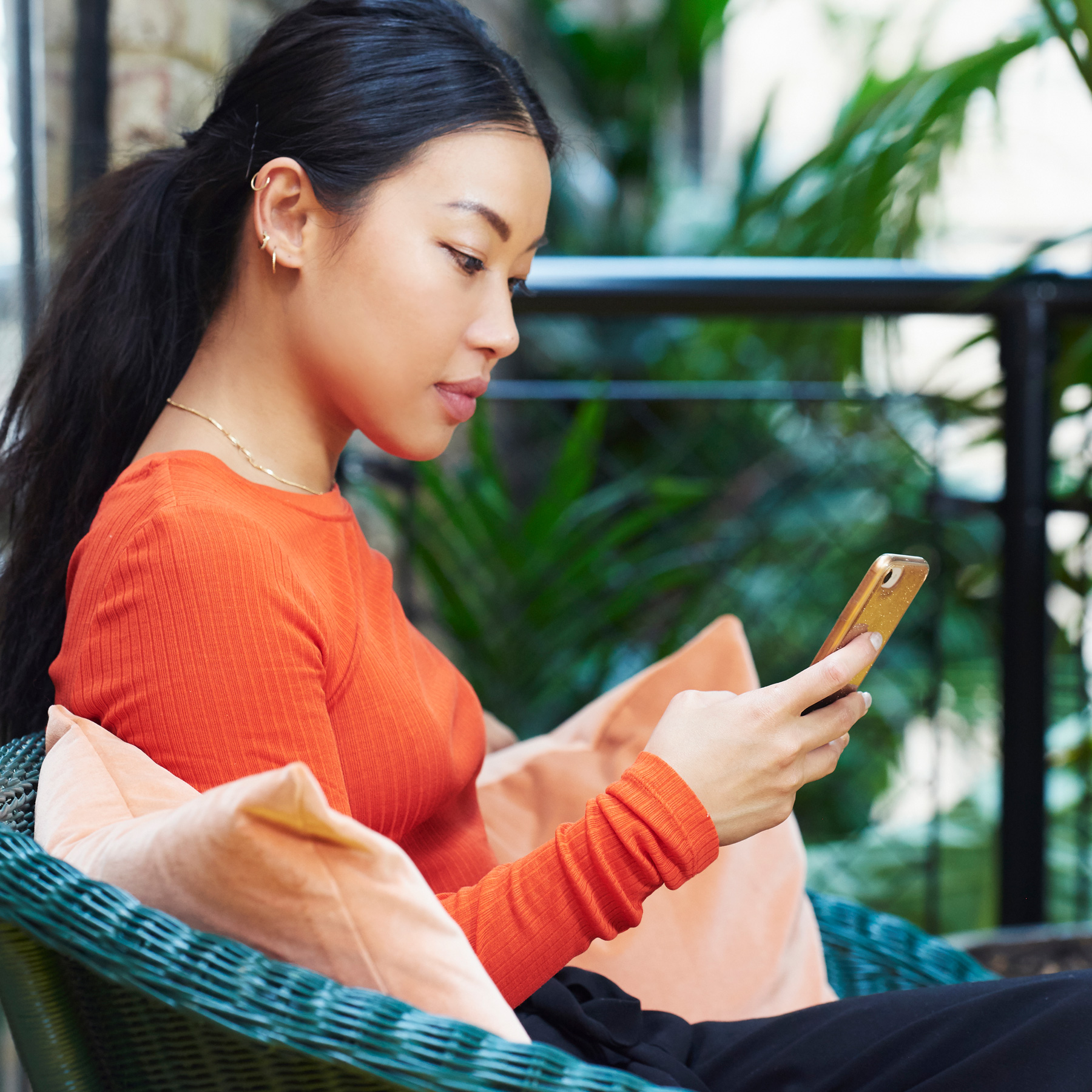 How to break bad habits (addicted to your phone), woman looking at smart phone