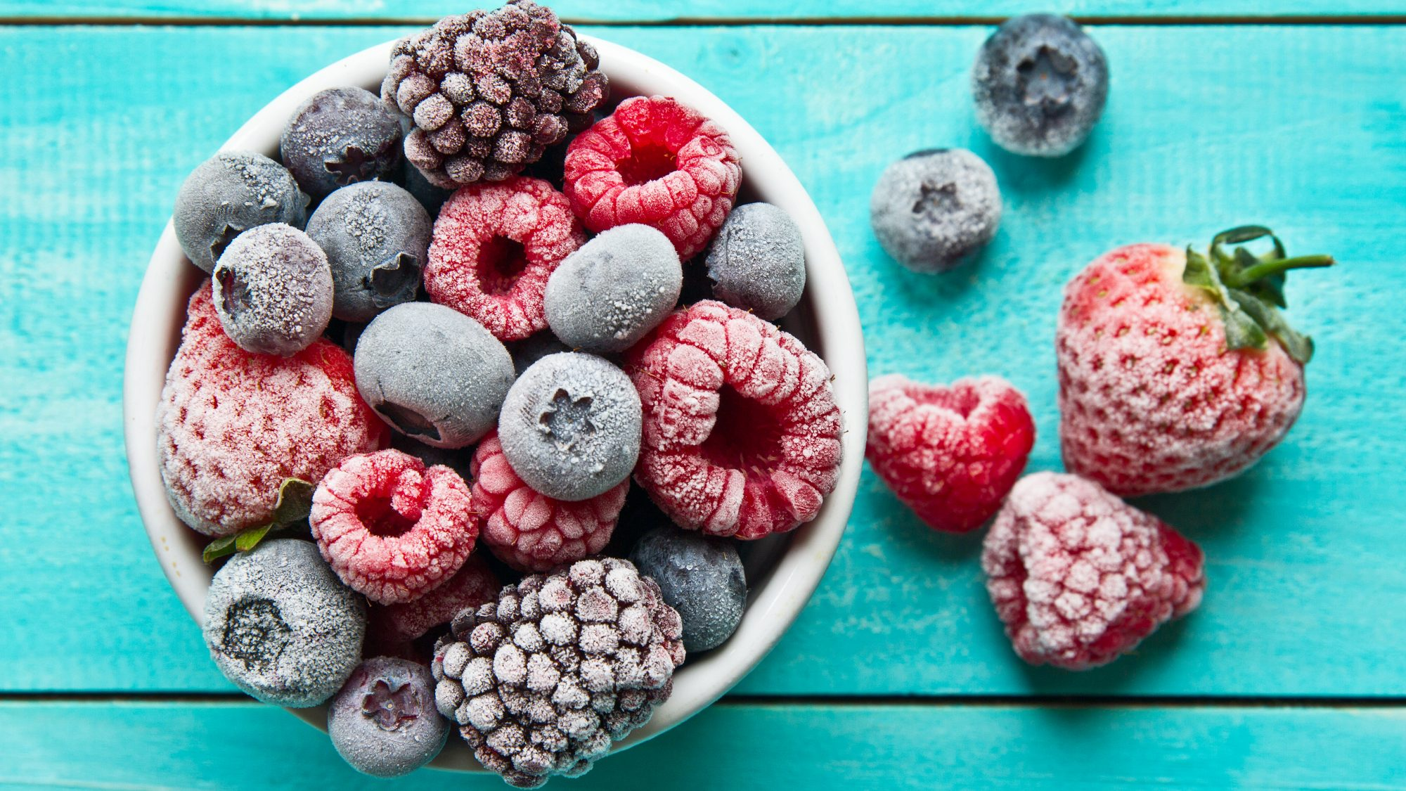 How long food lasts in the freezer and in the fridge (bowl of frozen berries)