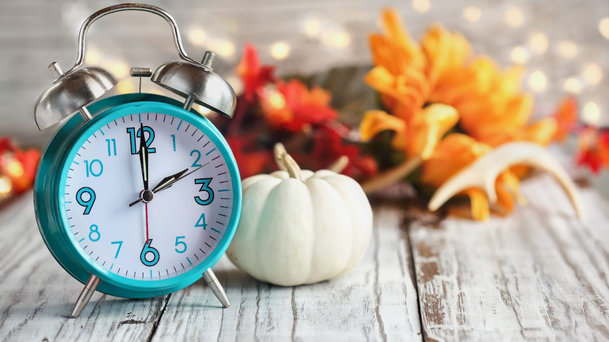 End of Daylight Saving Time 2020, clock with leaves