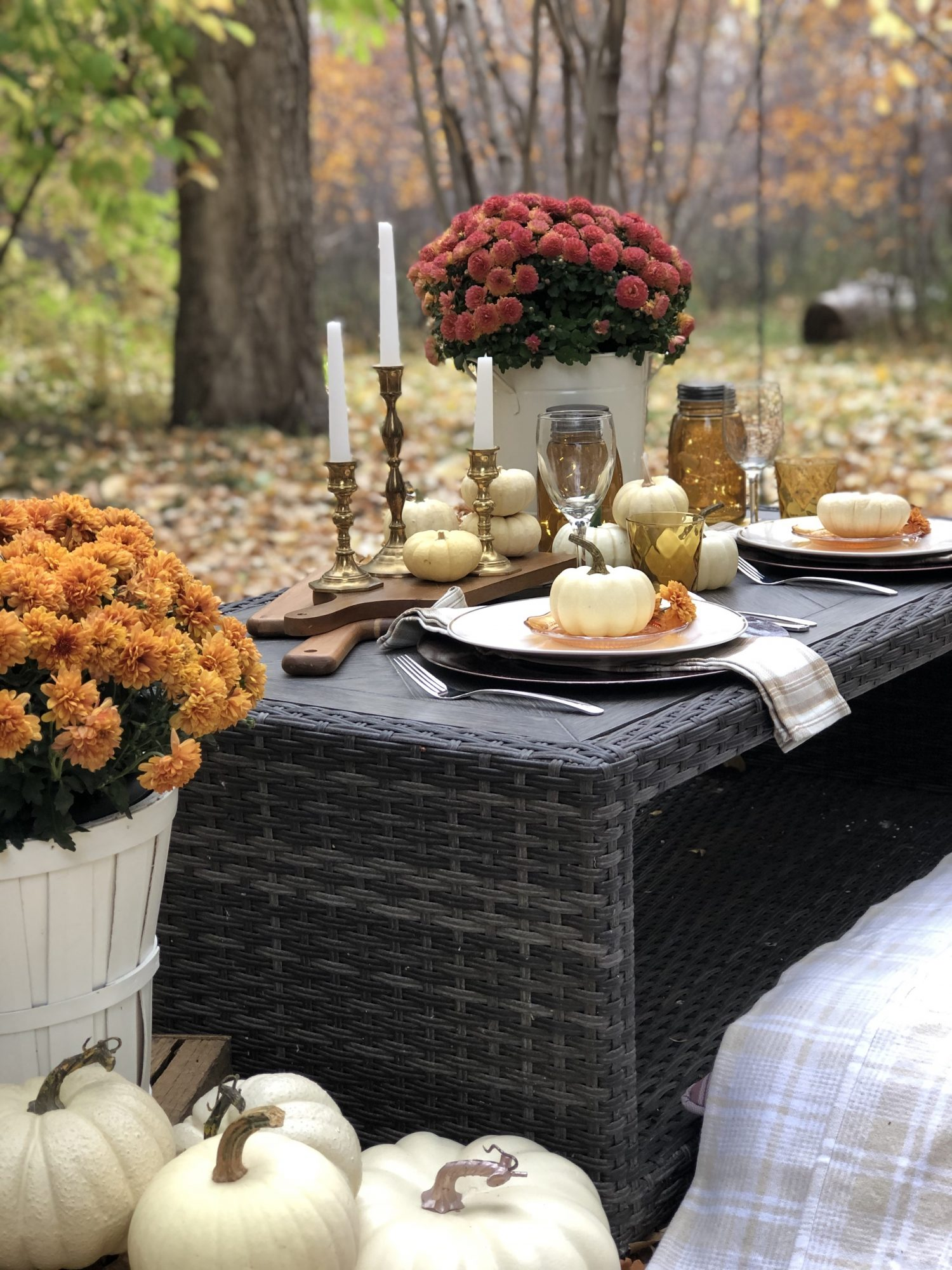 Thanksgiving Table Decor Ideas, Outdoor table with mums