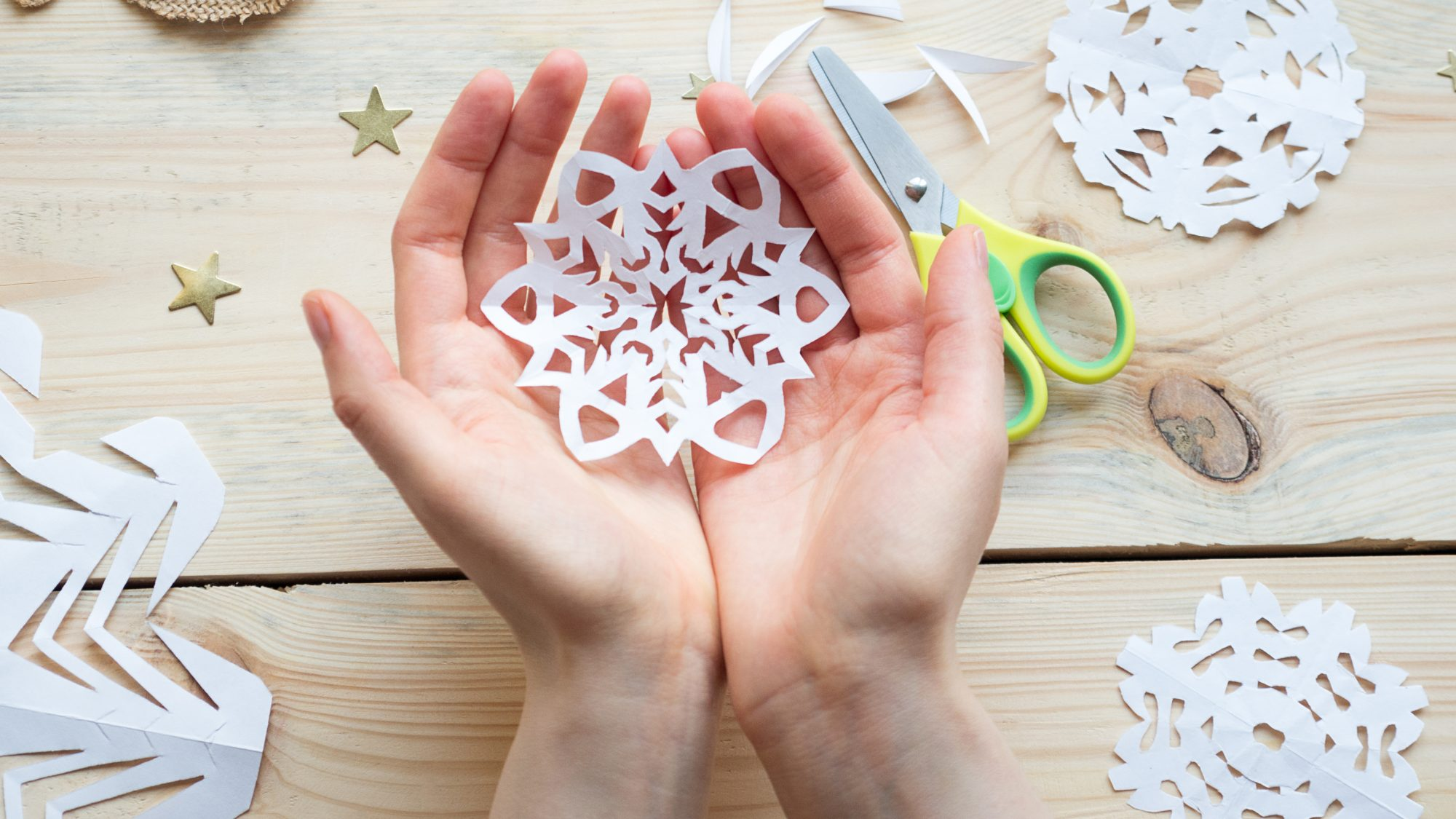 How to make paper snowflakes - a snowflake of paper
