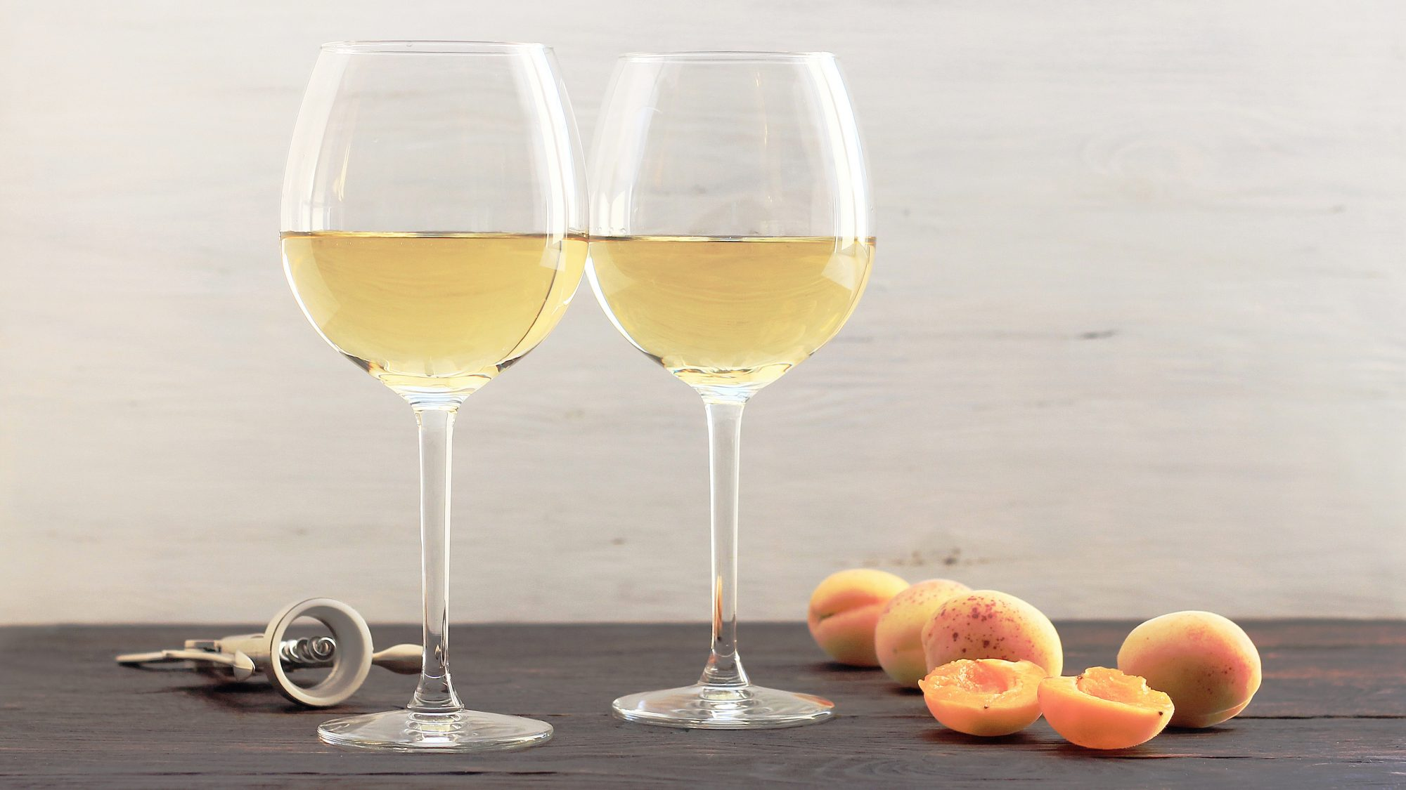 low-alcohol-wine: two glasses of white wine
