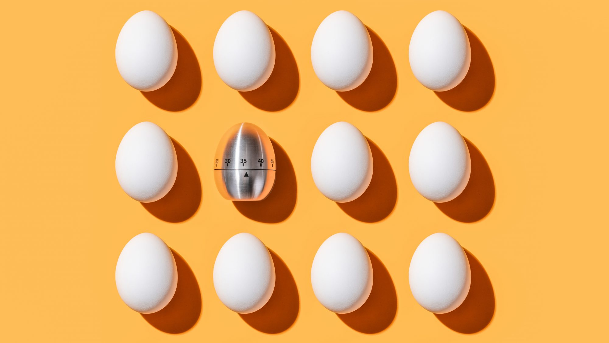 how-to-tell-if-eggs-are-old: eggs and egg timer