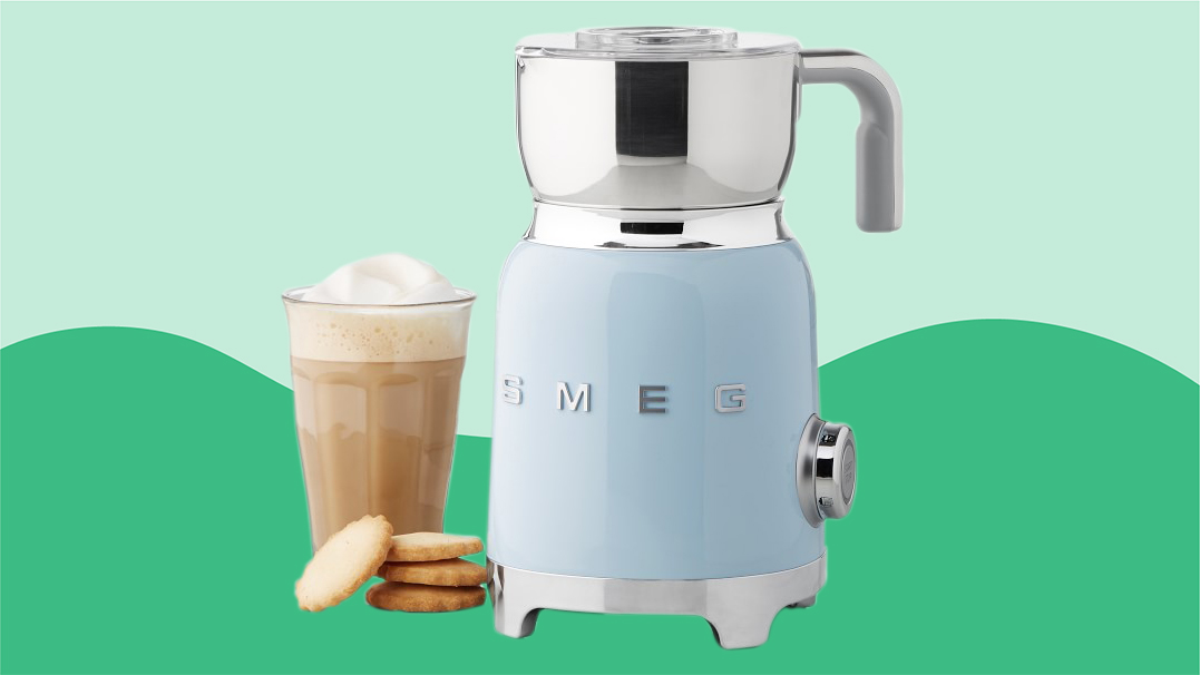 Best gifts ideas for women - Smeg milk frother on green background tout