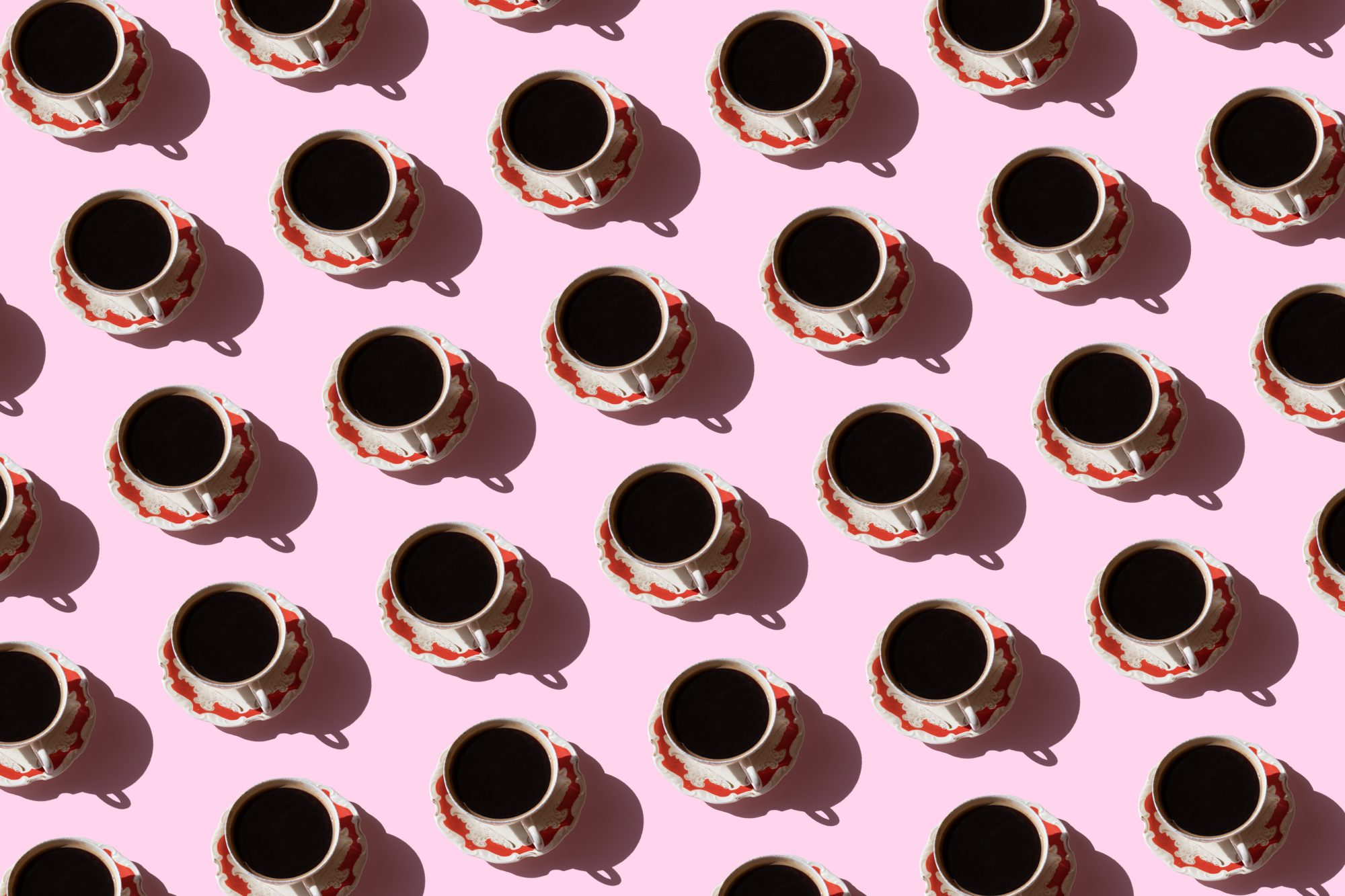 caffeine-guide: coffe cups on a pink background