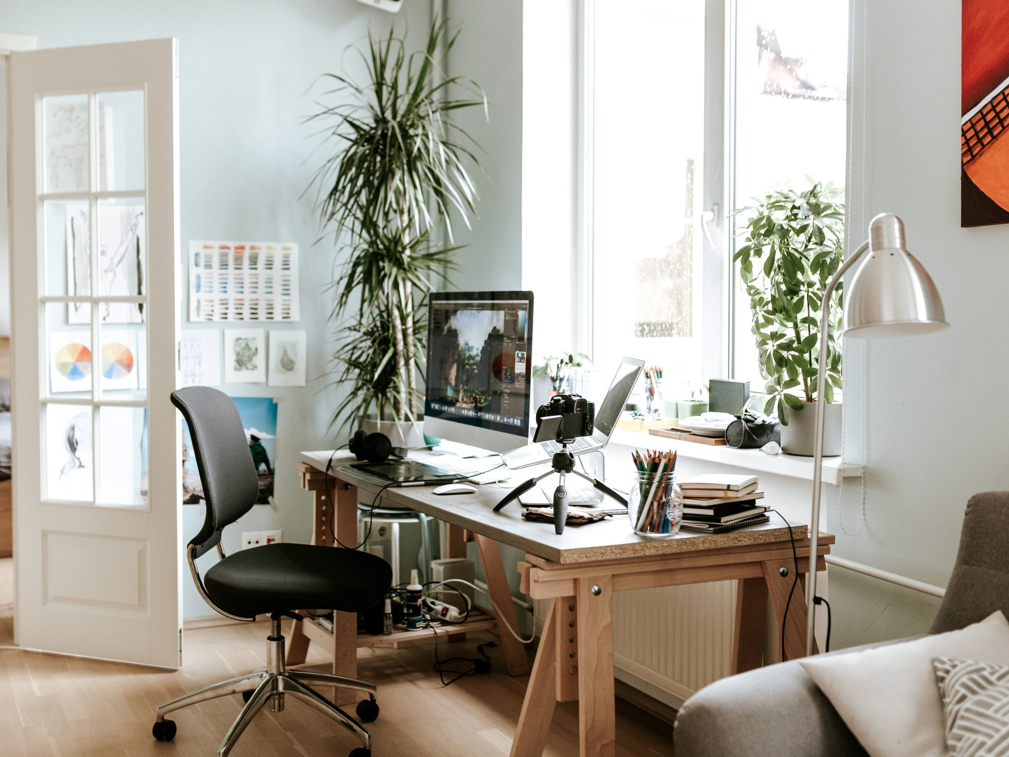 Room Layout Mistakes, According to Feng Shui, desk facing window