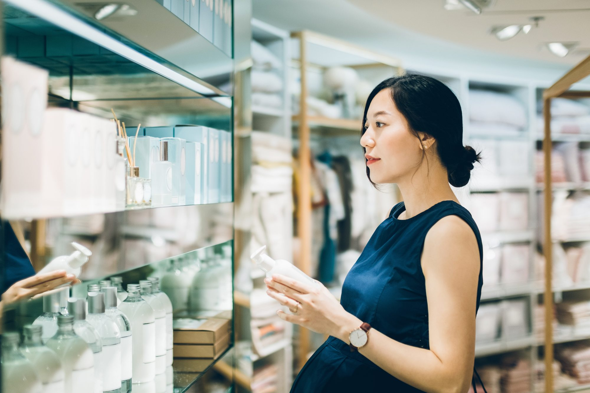 beauty-ingredient-labels: pregnant woman shopping for skincare