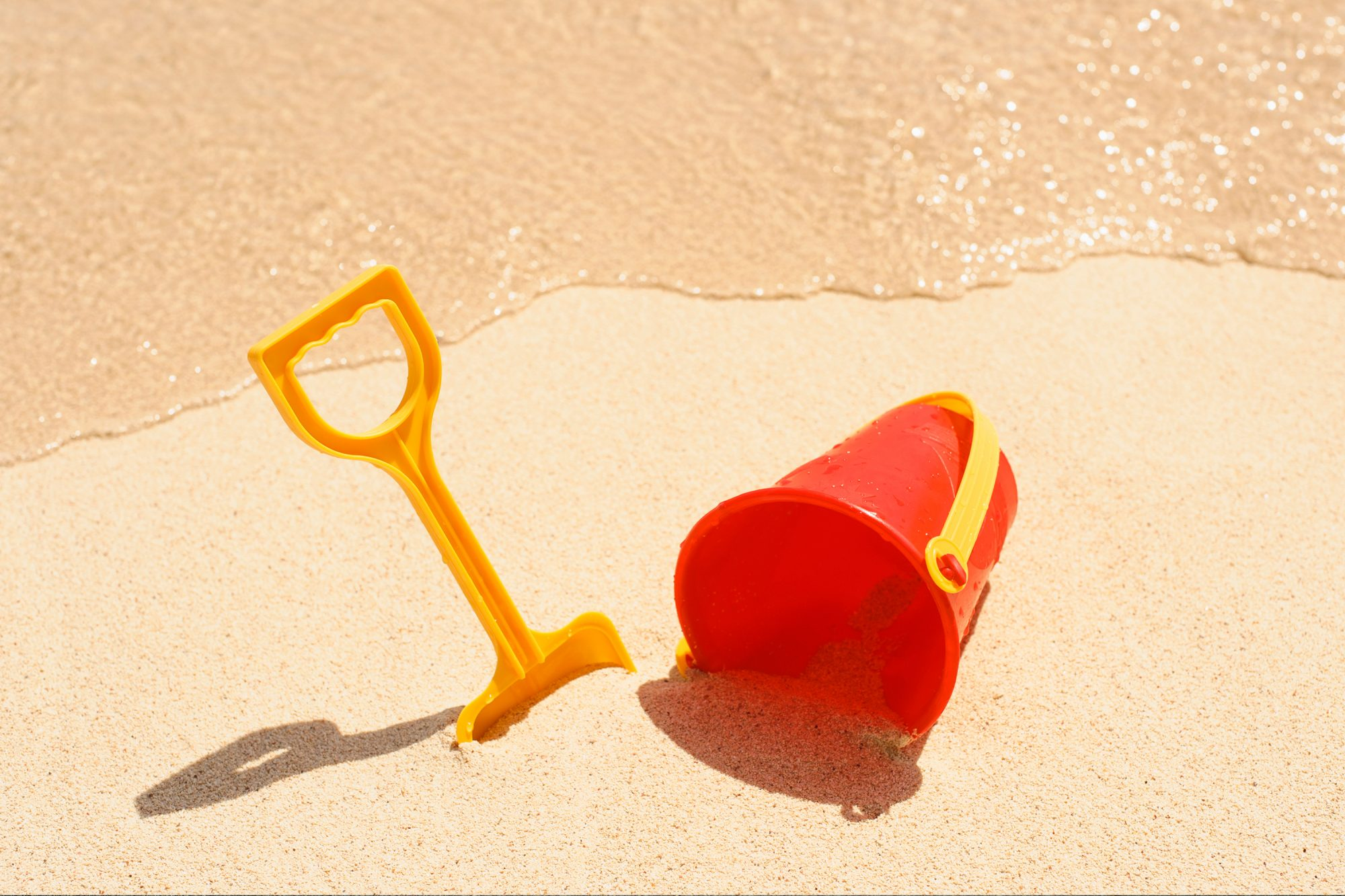 beach-games-vacation: sand and shovel