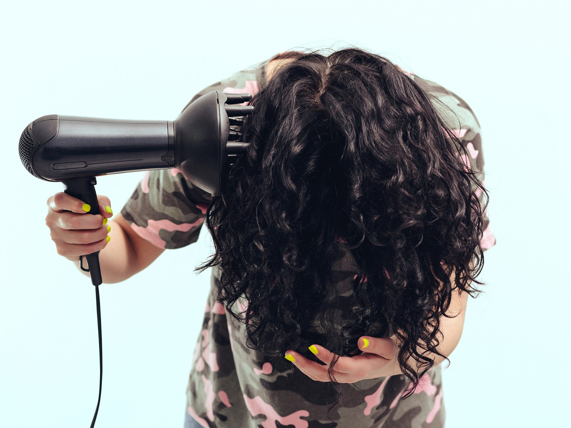 woman-diffuses-curly-hair