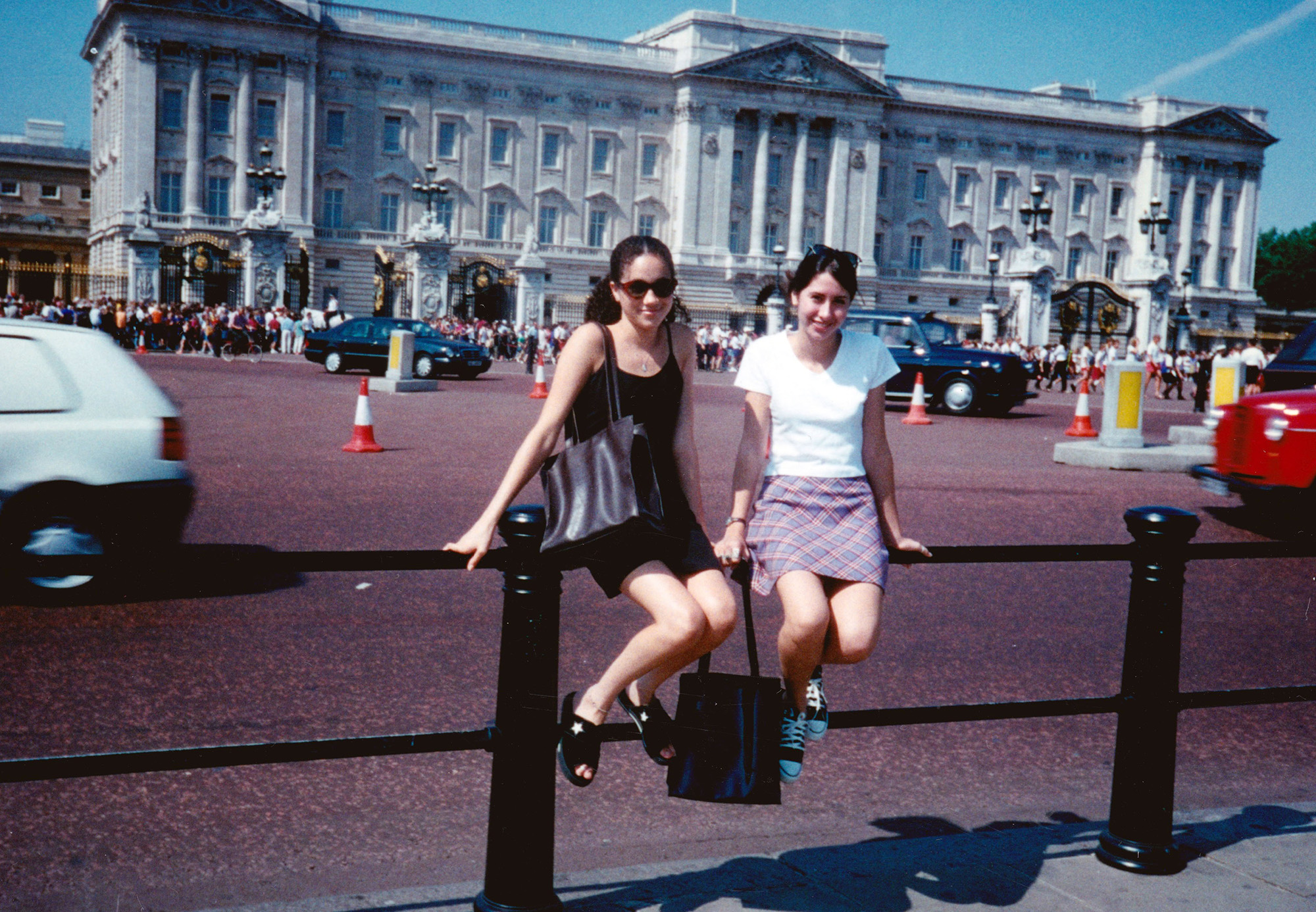 Photo of 15-Year-Old Meghan Markle Outside Buckingham Palace Is Proof Fairy Tales Do Come True